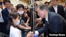 문재인 대통령이 9일 서울 서초구 서울성모병원에서 '건강보험 보장성 강화대책'을 발표한 뒤 어린이 환자와 이야기하고 있다.