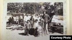 Ông Hoàng Kiều chụp cùng gia đình.