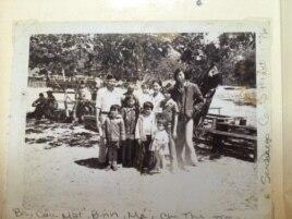 Ông Hoàng Kiều chụp cùng gia đình