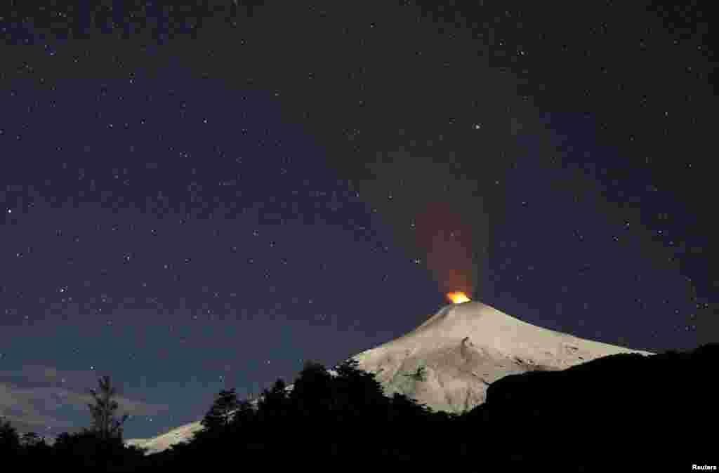 Asap mengepul dari gunung Villarrica di kota Pucon, Chile selatan.