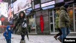 نیویارک کا مشہور 'ٹائمز اسکوائر' برف سے ڈھکا ہوا ہے