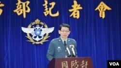 台湾国防部发言人罗绍和在记者会上 (2014年3月11日,美国之音申华拍摄)