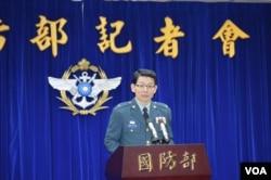 台湾国防部发言人罗绍和在3月11日记者会上 (美国之音申华拍摄)
