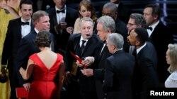 """Warren Beatty sostiene el sobre para el Oscar a la Mejor Película, """"Moonlight"""", tras anunciar por error que el ganador era """"La La Land""""."""