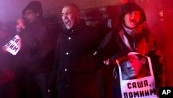 Moskvadagi namoyishchilardan biri Rotterdamda o'z joniga qasd qilgan Aleksandr Dovlatov surati bilan. 31-yanvar 2013
