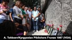 Wêneyê Rojnamevan û Roşenbîran li kolana ku, berî 25 salan Ronakbîr Musa Anter lê hatbû Kuştin.