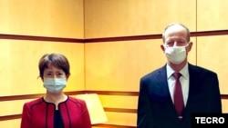 台湾驻美代表萧美琴(左)2020年7月27日在国务院拜会亚太助卿史达伟 (台湾驻美代表处推特)
