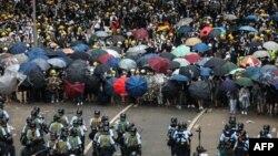香港抗議者在2019年6月12日在政府總部外與警察對峙