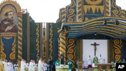 Đức Giáo hoàng cử hành thánh lễ ở Asuncion, Chủ nhật ngày 12 tháng 7, 2015. Sân khấu được dựng từ hàng ngàn bắp ngô, trái dừa, trái bí và đậu khô.