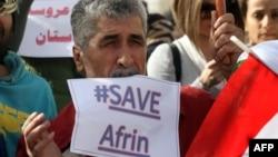 Сирійський курд перед офісом ООН вимагає надання підтримки курдському анклаву Афрін