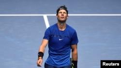 Reaksi Rafael Nadal setelah kalah dari petenis Belgia, David Goffin di turnamen tenis ATP Finals di O2 Arena, London, 13 November 2017.