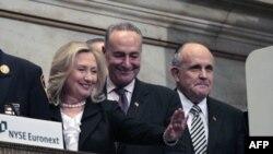 Državna sekretarka Hilari Klinton, senator Čarls Šumer i bivši gradonačelnik Njujorka Rudi Djulijani na otvaranju njujorške berze 9. septembra 2011.