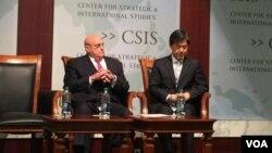 前美副国务卿阿米蒂奇(左)与韩国基金会主席李是衡(美国之音莉雅拍摄)