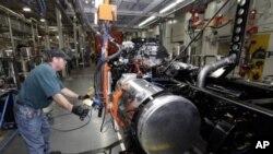 图为托马斯·沃伦今年1月12日正在北卡罗来纳州克利夫兰的一家工厂安装卡车上的燃料电池。这家工厂正在召回从前被解聘的工人,以满足日益增加的需求
