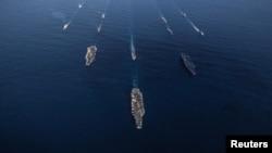 지난해 11월 미국의 핵추진 항공모함 로널드레이건호와 일본 해상자위대 군함들이 미일 연합훈련을 실시하고 있다. (자료사진)