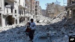 Người ta cho rằng có đến 300.000 dân thường bị mắc kẹt ở phía Đông Aleppo, họ có rất ít thức ăn hoặc vật tư y tế khẩn cấp. (Ảnh tư liệu)