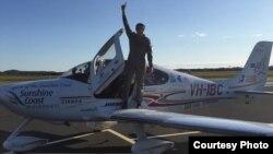 来自昆士兰省的拉克兰.斯马特在被称为阳光海岸的该省马卢奇郡机场着陆(脸书图片)