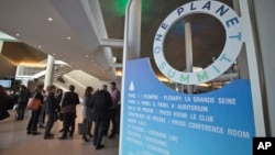 """Učesnici samita """"Jedna planeta"""" u Parizu tokom jedne od pauza"""