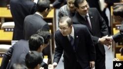 30일 한국 국회에서 연설하기 위해 의원들의 환영을 받으며 입장하는 반기문 유엔 사무총장(가운데).