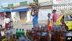 Wata mace 'yar kasar Ivory Coast ke nan dauke da lodin kaya a kanta ke sauri ta isa kasuwar Palmeraie dake birninAbidjan.