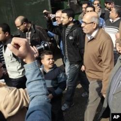 L'opposant Mohamed ElBaradei (à droite) est salué par des manifestants au Caire
