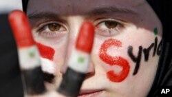 کچێـکی سوری له میانهی خۆپـیشـاندانێـکی دژی سهرۆکی وڵاتهکهی بهشـار ئهلئهسهد له بهردهم باڵیۆزخانهی وڵاتهکهی عهممانی پایتهختی ئوردن،15 ی پـێـنجی 2011