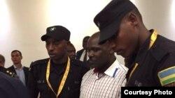 Ladislas Ntaganzwa, au centre, tenu par des éléments des forces de sécurité rwandaises.