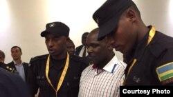 Le génocidaire rwandais présumé Ladislas Ntaganzwa présenté aux autorités de Kigali après son transfert de Kinshasa