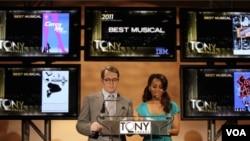 Matthew Broderick y Anika Noni Rose leen las nominaciones para los Premios Tony 2011, en Broadway, Nueva York.