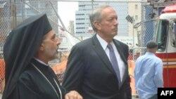 Епископ Греческой православной церкви в Америке Андониос и бывший губернатор Нью-Йорка Джордж Патаки