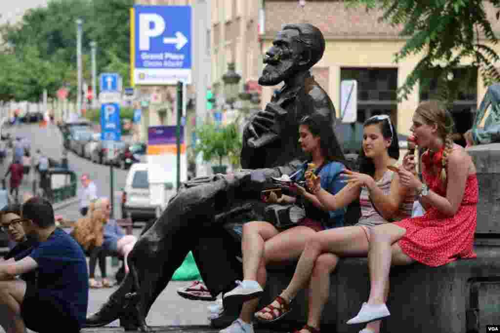 بروکسل در آستانه نشست کشورهای عضو سران ناتو - در هوای تابستانی بروکسل، شهر شلوغ است. تدابیر امنیتی هم محسوس در شهر دیده می شود.