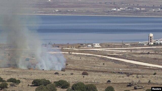 Izrealski tenkovi kraj polja koje se zapalilo kad su artiljerijske granate  ispaljene iz Sirije pale kraj mesta  Alonei Habašan u blizini izraelsko -sirijske granice na Golanskoj visoravni