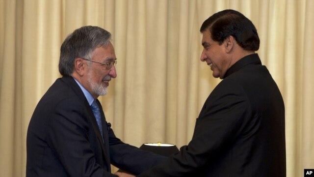 Wezîrê Derve yê Afganistanê Zalmay Resul bi Serokwezîrê Pakistanê Raja Pervîz Eşhref i re ye. Mijdar, 30, 2012