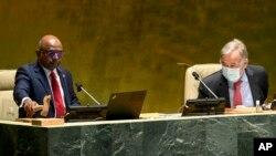 9月13日, 阿卜杜拉·沙希德(左)在联合国秘书长安东尼奥·古特雷斯的陪同下,敲击木槌,标志着他开始担任第 76 届联合国大会新主席。.