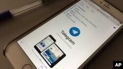 Aplikasi berkirim pesan Telegram tertampil dalam layar smartphone. (Foto: AP)