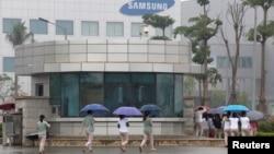 Tư liệu: Công nhân viên của nhà máy Samsung ở tỉnh Thái Nguyên đi làm. Ảnh chụp ngày 13/10/2016. REUTERS/Kham