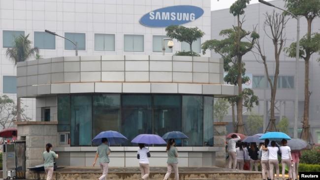 Công nhân đi làm tại nhà máy Samsung ở Thái Nguyên, 10/2016