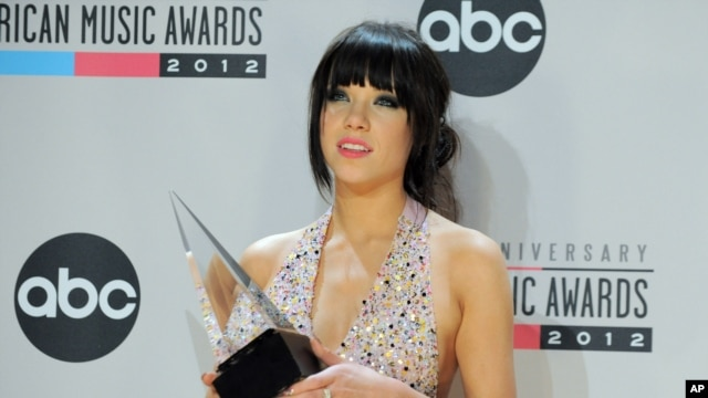 Carly Rae Jepsen poses backstage with the Old Navy new artist of the year award at the 40th Anniversary American Music Awards on Nov. 18, 2012, in Los Angeles.