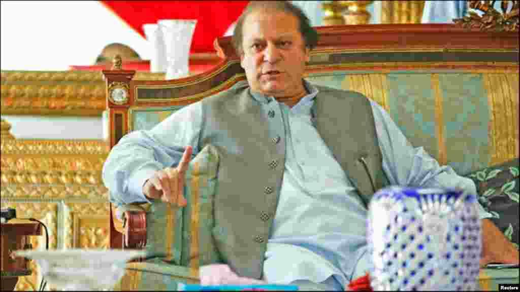 파키스탄 총선 개표가 진행되는 가운데, 승리가 확실시 된 나와즈 샤리프 전 총리가 13일 라호르 자택에서 외신기자들과 인터뷰하고 있다.