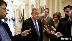 민주당 딕 더빈 상원 의원이 30일 의회에서 민주당 의원 회의에 앞서 기자들에게 예산안에 관한 입장을 밝히고 있다.