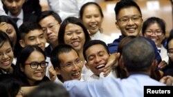 베트남을 방문한 바락 오바마 미국 대통령(뒷모습)이 25일 호치민 시에서 열린 타운홀 미팅에서 학생들과 만남을 가졌다.