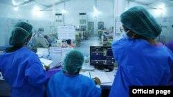 မႏၲေလးတိုင္းေဒသႀကီး၊ မႏၲေလးၿမိဳ႕၊ ဧရာဝတီစင္တာ ကိုဗစ္-၁၉ အထူးၾကပ္မတ္ ကုသေဆာင္ (ICU) မွာ ေတြ႔ရတဲ့ က်န္းမာေရးဝန္ထမ္းတခ်ိဳ႕။ (ဓာတ္ပုံ - Ministry of Health and Sports, Myanmar -ဒီဇင္ဘာ ၀၆၊ ၂၀၂၀)