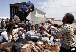 Des personnes évacuées arrivant dans un camp du Croissant Rouge à Benghazi