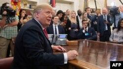 도널드 트럼프 미국 대통령이 11일 백악관 집무실에서 가수 카니예 웨스트 등과 만났다.