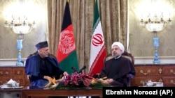 Presiden Iran Hassan Rouhani bersama Presiden Afghanistan Hamid Karzai dalam pertemuan di Teheran.