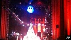 Ο ήλιος φωτίζει ξανά τη γη και ο θίασος επι σκηνής χρησιμοποιεί το μεταλλικό Χριστουγεννιάτικο δέντρο σαν μουσικό όργανο.