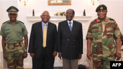 Le président Robert Mugabe a rencontré pour la première fois jeudi après-midi le chef de l'armée, le général Constantino Chiwenga, au siège de la présidence à Harare, Zimbabwe, 16 novembre 2017.