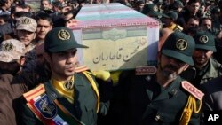 Warga dan tentara Iran mengangkat peti jenazah tentara Iran yang tewas dalam pertempuran di Suriah pada upacara pemakaman di Teheran, Iran (foto: dok).
