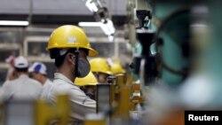 Công nhân tại nhà máy lắp ráp ôtô ở Vĩnh Yên, tỉnh Vĩnh Phúc.