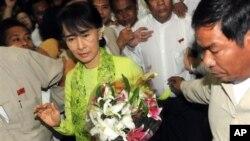 Vodja burmanske opozicije Aung San Su Ći na medjunarodnom aerodromu u Jangonu pred odlazak na turneju po SAD.